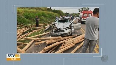 Carga de madeira cai em cima de carro na BR-167; três ficam feridos - Carga de madeira cai em cima de carro na BR-167; três ficam feridos