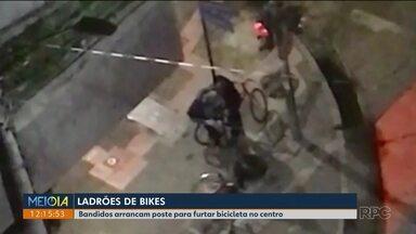 Bandidos arrebentam poste de sinalização pra furtar bicicleta - Foi durante a madrugada no centro de Curitiba