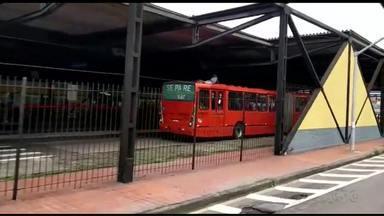 Flagrante de perigo e desrespeito no terminal do Boqueirão - Telespectador flagra rapaz surfando em cima de ônibus
