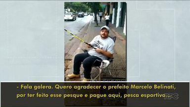 Comerciante 'pesca' em buraco de rua durante protesto - Protesto foi na rua João Cândido em Londrina.