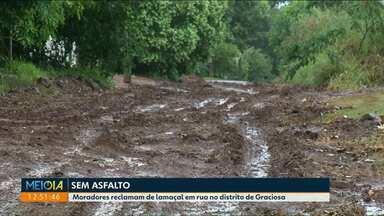 Moradores reclamam de lamaçal em rua no distrito de Graciosa - Oito quadras no distrito serão pavimentadas, segundo a prefeitura.