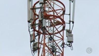 Moradores reclamam de problemas com operadora de celular em distrito de Pederneiras - Os moradores de Santelmo, distrito da zona rural de Pederneiras (SP), enfrentam problemas com operadora de celulares na região. Os quase dois mil habitantes estão incomunicáveis em função de falta de sinal nos aparelhos.