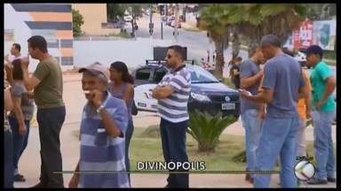 Servidores municipais protestam contra atraso no pagamento do 13º salário em Divinópolis - Servidores se reúnem em frente ao Centro Administrativo da Prefeitura e também pede enxugamento da máquina pública.