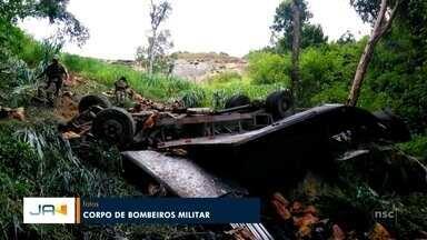 Motorista de caminhão morre em grave acidente na SC-477 em Doutor Pedrinho - Motorista de caminhão morre em grave acidente na SC-477 em Doutor Pedrinho