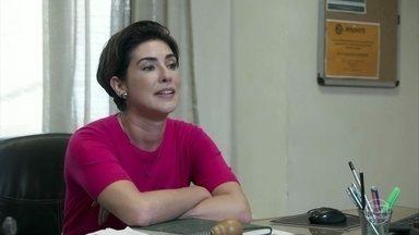 Solange convida Rafael para tomar um café, mas é ignorada - Gabriela avisa que Flora acordou e Rafael corre para o hospital