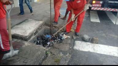 Defesa Civil de João Pessoa retira lixo das galerias - Por causa do lixo, quando chove as ruas ficam alagadas.
