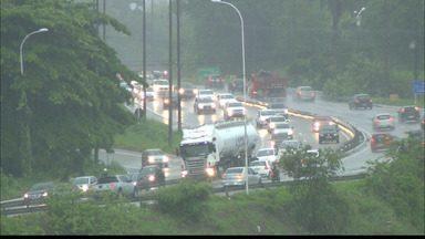 Chuva deixa bairros da zona sul de João Pessoa alagados - Alguns motoristas arriscaram e enfrentaram as lagoas que se formaram nas ruas.