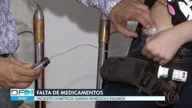 Pacientes com diabetes reclamam da falta de remédios em hospitais do DF - De acordo com os pacientes, falta insulina, fitas glicêmicas e outros insumos. A secretaria de Saúde rebate e diz que o estoque está quase normalizado.