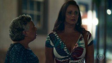 Neide fica impressionada com semelhança de Murilo com o pai de sua filha - Ela diz para Firmina que não pode afirmar que se trata da mesma pessoa