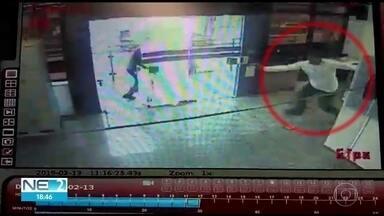 Vídeos mostram momento em que vigilante é morto durante assalto a carro-forte no Recife - Crime ocorreu em agência da Caixa, no bairro do Pina.
