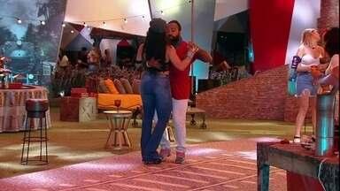 Rodrigo ensina Elana a dançar na Festa A Todo Vapor - Rodrigo ensina Elana a dançar na Festa A Todo Vapor