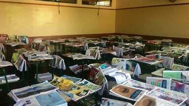Biblioteca de colégio de Irati perde três mil livros - Os exemplares molharam depois que o local ficou alagado.