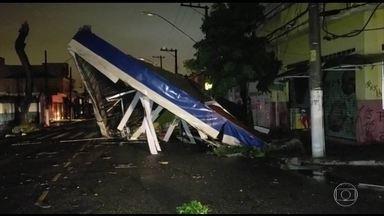 Chuva causa estragos em São Paulo - 100 árvores caíram, segundo os bombeiros. Desmoronamento destruiu 15 casas.