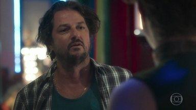 Nicolau desabafa com Adamastor - Ainda no bordel, Robério questiona os interesses de Valentina em Feijão