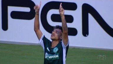 Gol do Goiás! Giovanny converte pênalti e marca, aos 33 minutos! - Atacante cobra mal, mas goleiro Márcio não evita