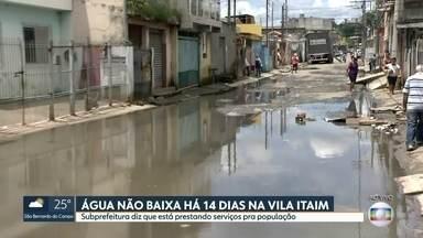 Água não baixa há 14 dias na Vila Itaim - A subprefeitura disse que está prestando serviços para a população.