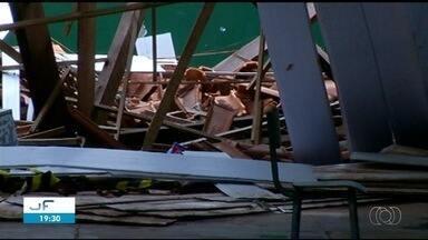 Escombros continuam em pátio de escola dois meses após desabamento - Escombros continuam em pátio de escola dois meses após desabamento