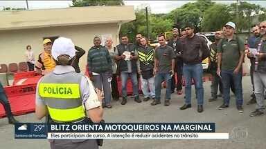 Motociclistas são parados em blitz para participar de curso - CET e PM dão orientações de segurança aos motociclistas para tentar reduzir acidentes. Em janeiro, segundo o Infosiga, das 87 mortes no trânsito da capital, 30 foram de pessoas que estavam em motos.