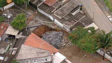 Prefeitura de São José diz que obras na cratera do Jardim Imperial ainda vão demorar - Buraco engoliu rua e está aberto há mais de um mês.
