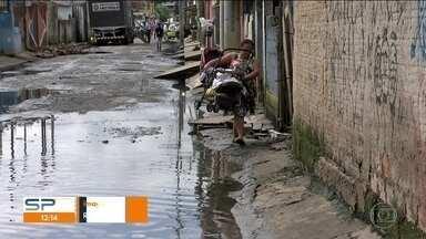 SP1 faz teste em água que está em pontos alagados na Vila Itaim - Há 21 dias, moradores convivem com os alagamentos no bairro.