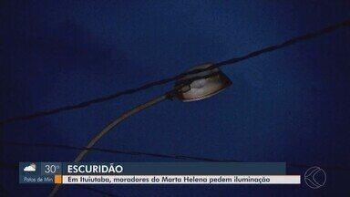Moradores reclamam de escuridão há 40 anos em rua do Bairro Marta Helena em Ituiutaba - Lâmpadas não iluminam suficientemente o espaço. Secretário de Ituiutaba respondeu as queixas.
