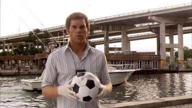 Vamos Dar Uma Mão Ao Garoto - O misterioso assassino do caminhão de gelo aumenta sua matança deixando partes do corpo de sua mais recente vítima em locais relacionados às memórias da infância de Dexter.