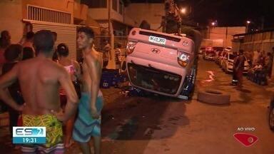 Caminhão carregado com mais de 100 caixas de cerjeva tomba em Cariacica, ES - Ninguém se feriu.