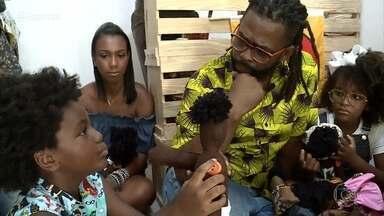 Crianças se encantam na primeira loja de bonecas exclusivamente negras - Adriana é uma empreendedora negra e fala da importância de as pessoas conseguirem se reconhecer nos brinquedos