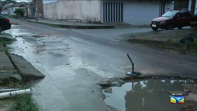 Moradores reclamam de falta de infraestrutura no bairro Planalto Vinhais II em São Luís - Segundo os moradores do bairro situado na capital, os buracos vem tomando as vias do local, além de um vazamento de um esgoto.