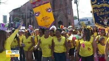 'Xingou, Bateu... É Penha!': bloco desfila e luta contra a violência contra a mulher - Com desfile em Paulista, no Grande Recife, agremiação também buscou reforçar a mensagem sobre o crime de importunação sexual.