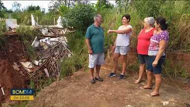 Família tem que sair de casa depois que erosão tomou conta de terreno - Já são três anos aguardando a resposta de quem vai pagar o prejuízo.