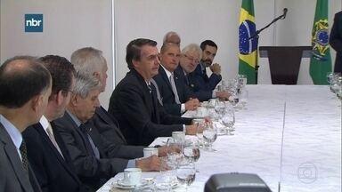 Presidente Jair Bolsonaro admite negociar pontos da reforma da Previdência - O presidente Jair Bolsonaro disse, nesta quinta (28), em um encontro com jornalistas que aceita negociar pontos da reforma da Previdência e que a idade mínima de aposentadoria das mulheres pode mudar de 62 para 60 anos.
