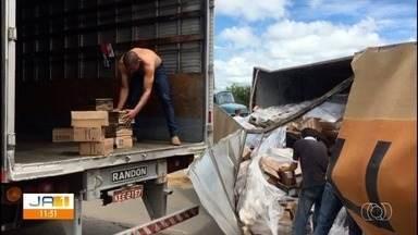 Carreta carregada com perfume tomba na Avenida Perimetral Norte, em Goiânia - Carga foi transferida para outro veículo. Ninguém se feriu.