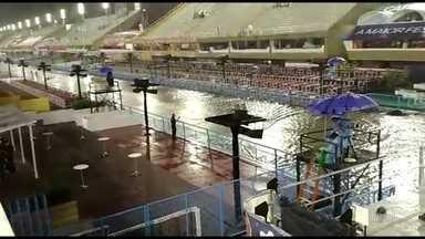 Chuva forte alaga o Sambódromo e atrasa desfiles - Na Marquês de Sapucaí, o Sambódromo ficou alagado por causa de uma chuva forte. Os integrantes da Unidos da Ponte, primeira escola a desfilar, estão esperando a água baixar.