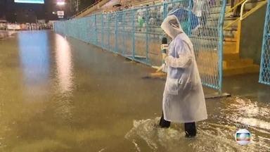 Chuva no Rio atrasa os desfiles da Série A - Os desfiles vão começar com meia hora de atraso na Marquês de Sapucaí. O Sambódromo ficou alagado por causa da chuva forte.