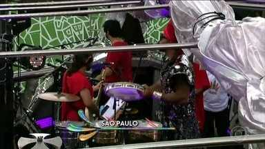 Carlinhos Brown arrasta multidão em estreia de bloco em São Paulo - A apresentação comemora os 40 anos de carnaval do cantor.
