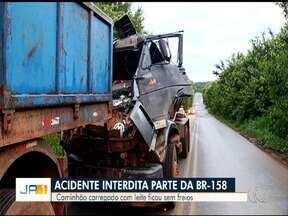 Feriado começa com acidentes em rodovias de Goiás - Em Caiapônia, parte da BR-158 ficou interditada após batida entre caminhões.