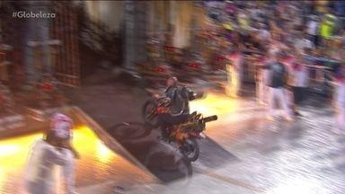 Carro alegórico da Viradouro traz motoqueiro fantasma - Diego Cigano, que interpreta o Motoqueiro Fantasma na Avenida, é profissional de globo da morte.