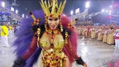 Com muito ouro, Raissa Machado é rainha de bateria da Viradouro - Ritmistas vestidos de Mago Merlin são liderados pelo Mestre Ciça.