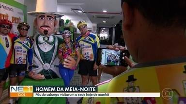 Homem da Meia-noite abre a sede em Olinda para foliões tirarem fotos com o Calunga - Desfile do gigante aconteceu no Sábado de Zé Pereira (2).
