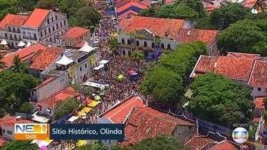 Foliões lotam as ladeiras na despedida oficial do carnaval em Olinda - Sol forte não intimidou o público, que acompanhou blocos e bonecos gigantes