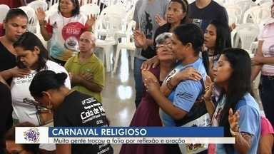 Fiéis trocam folia por orações durante o carnaval, em Goiânia - Momento foi de reflexão e tranquilidade.