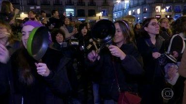 Dia Internacional da Mulher tem homenagens e protestos em todo o mundo - Na Espanha, centenas de mulheres fizeram panelaço e saíram pelas ruas do Centro de Madri exigindo igualdade de gênero. O Parlamento português fez um minuto de silêncio pelas vitimas de violência doméstica.