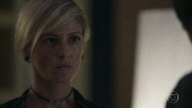 Olavo questiona Louise sobre Valentina - Empresário intimida e faz ameaças à amante de Sampaio