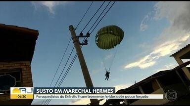 Paraquedistas do Exército fazem pouso forçado na Zona Norte - Três militares ficaram levemente feridos, depois da aterrissagem em Marechal Hermes. Um deles quase bateu na fiação elétrica.