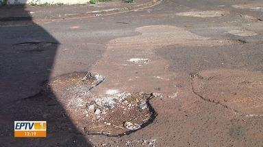 Moradores pedem recapeamento de asfalto na Vila Elisa em Ribeirão Preto, SP - Prefeitura informou que não conseguiu fazer o trabalho de emergência no local devido as chuvas em fevereiro e março.