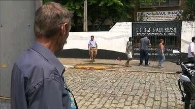Massacre em escola de Suzano abalou alunos, funcionários e vizinhos - A escola Raul Brasil deve ficar fechada até segunda-feira (18), mas apenas para professores e funcionários. Eles vão receber apoio psicológico para receber os alunos no dia seguinte.
