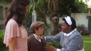 Bendita ajuda Cris/Julia a fugir de Eugênio - Ela entrega um dinheiro para Cris/Julia e avisa que o coronel quer impedir o nascimento do seu filho com Danilo