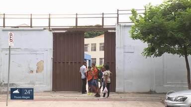 Segurança em Escolas de Minas em alerta depois de massacre em Suzano - Pais e alunos de escola de Minas estão preocupados com a segurança, depois das mortes em Suzano (SP). Dois ex-alunos invadiram a Escola Estadual Raul Brasil e mataram 7 pessoas, entre alunos e funcionários da escola. Os dois assassinos se mataram quando a polícia chegou.