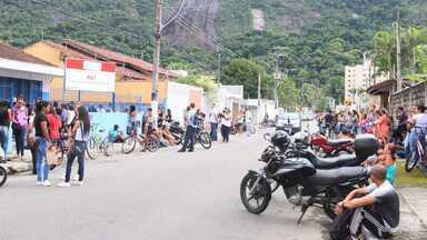 Multidão faz fila por vaga de emprego no litoral norte - Foram mais de 750 inscrições para 42 vagas.